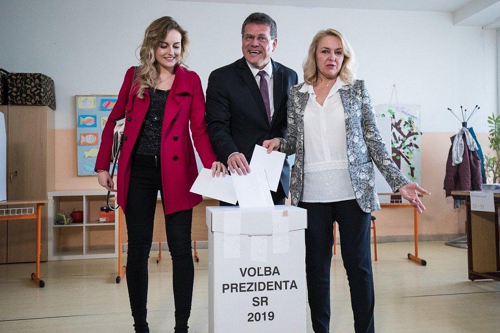 Maroš Šefčovič s rodinou odevzdal svůj hlas ve druhém kole prezidentských voleb na Slovensku