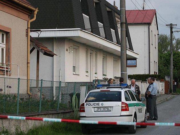 Při policejní přestřelce zemřel ve čtvrtek odpoledne v Plzni-Liticích 33letý muž, na nějž byl vydán soudcem Okresního soudu Plzeň-město příkaz k zatčení.