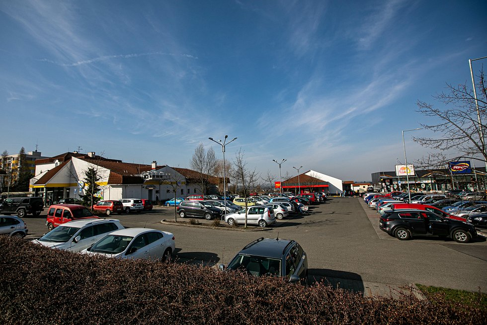 Pokus e chystáte na nákup autem, počítejte s plnými parkovišti.