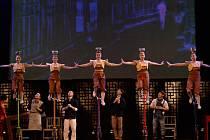 Čínský národní cirkus Shanghai nights-handstand.