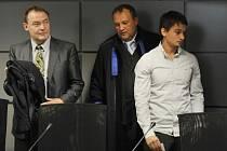 Štěpán Lněnička (vpravo) u soudu.