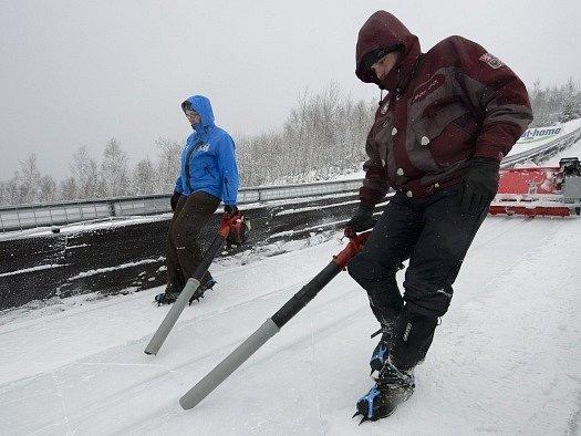 Lety na lyžích v Harrachově tradičně kazí počasí.