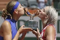 Lucie Šafářová (vlevo) a Bathanie Matteková-Sandsová spolu podruhé v kariéře vyhrály Roland Garros.