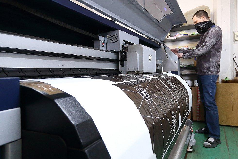 Plotr. Tady se tiskne vzor a barva na podkladový materiál, ze kterého se pomocí termosublimace přenese na textilii.