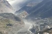 Ohromná masa vody, vyvolaná pádem ledovce do přehrady, zdevastovala údolí řeky Dhauliganga, smetla silnice a mosty.