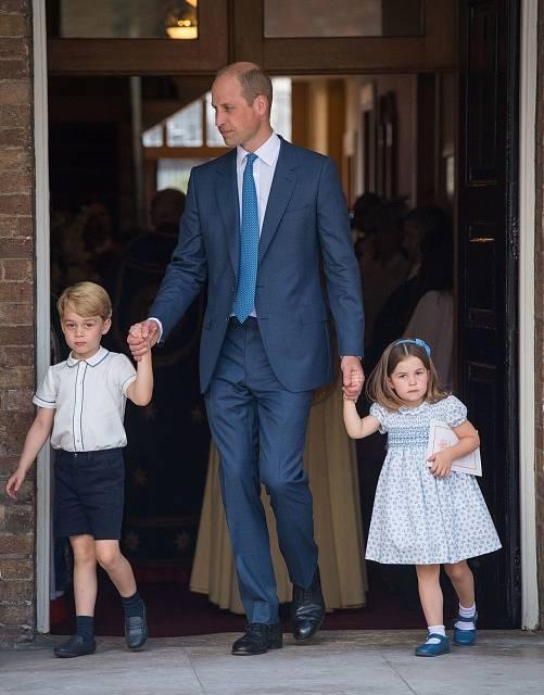Princ William, vévoda z Cambridge, vede na slavnost prince George a princeznu Charlottu.