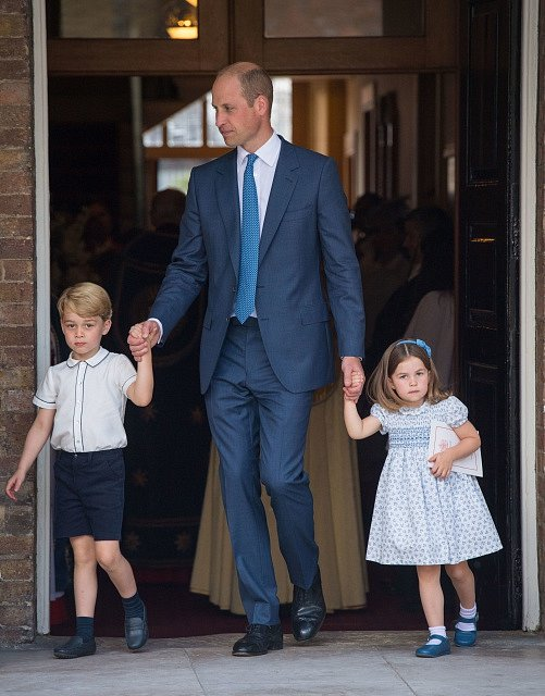 Princ William, vévoda z Cambridge, vede na slavnost prince George a princeznu Charlottu.