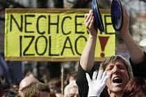 Na tisíc zdravotně postižených lidí protestovalo 22. března v centru Prahy proti chystaným vládním sociálním reformám.