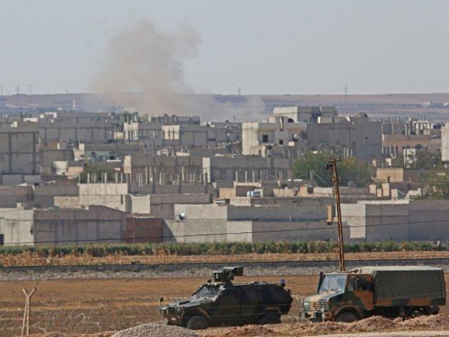 Na severu Sýrie pokračují těžké boje o kurdské město Kobani, které radikálové z organizace Islámský stát (IS) obléhají už přes dva týdny.