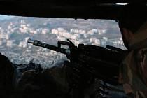 Syrská armáda podporovaná ruským letectvem dnes zahájila boje o oblasti ležící jižně od severosyrského města Halab. Podle organizace syrských ochránců lidských práv (SOHR) jsou hlášeny těžké boje z vesnických oblastí ležících 12 kilometrů jižně od města.