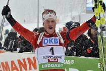 Norský biatlonista Tarjei Bö se raduje z dalšího cenného triumfu.
