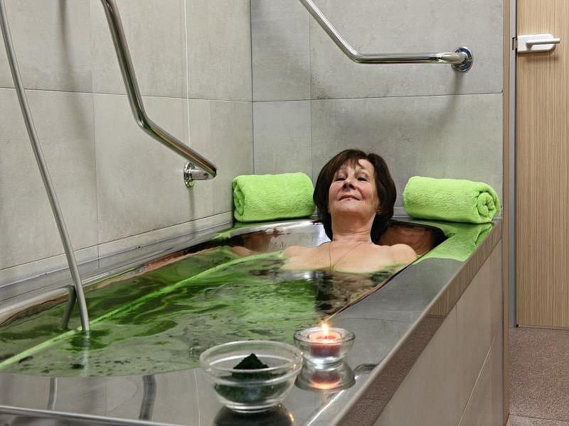 Třeboň. Zdejší léčebné procedury jsou založeny kombinování slatinných koupelí a zábalů s ručními masážemi.