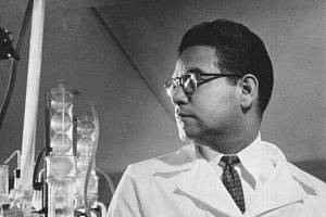 Chemik Luis Miramontes v laboratoři.