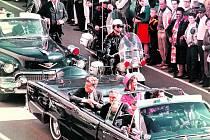 Prezident Kennedy se usmívá na dav lemující 22. listopadu 1963 ulici v Dallasu, na níž padly smrtící výstřely.