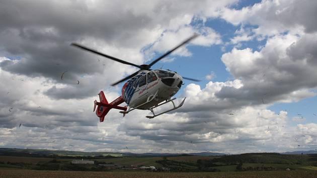 Záchranářský vrtulník přistává u místa nehody v Morkovicích-Slížanech na Kroměřížsku, kde se srazil linkový autobus s nákladním autem.