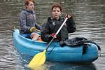 Vodáci během tradičního odemykání řeky Dyje