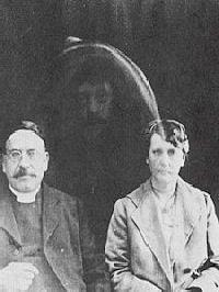 """Reverend Charles Lakeman Tweedale, jeho žena a """"duch"""" jejich zesnulého otce"""