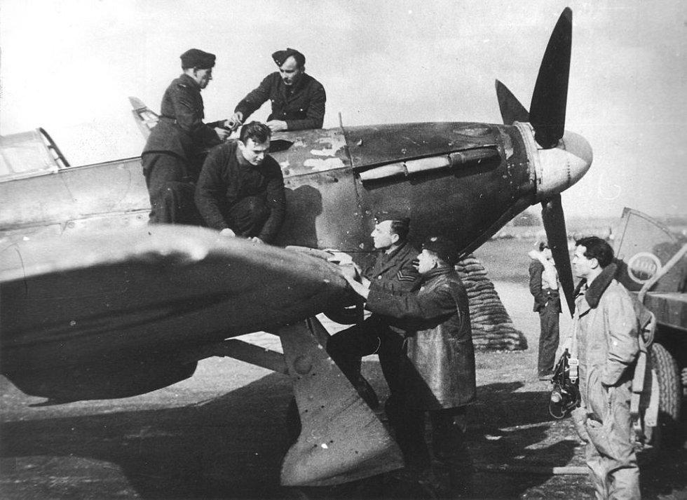 Josef Bryks s britským letištním personálem u stíhačky Hawker Hurricane