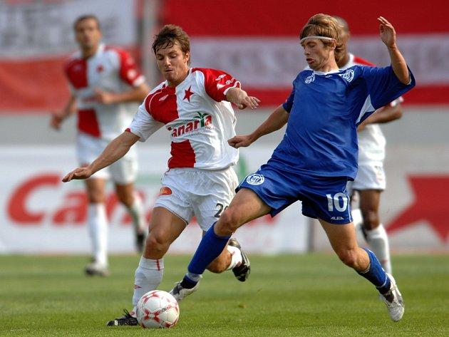 Útočník pražské Slavie Milan Ivana bojuje o míč s kladenským Cigánkem.
