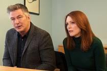 ALICE. Glatzerova hrdinka v doprovodu manžela při zdrcujícím lékařském oznámení (Alec Baldwin a Julianne Mooreová).