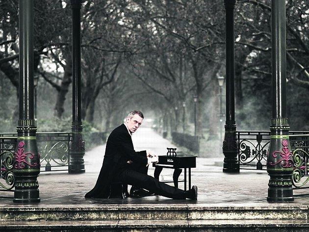 Koncert Hugha Laurieho se blíží, část lístků už je vyprodána.