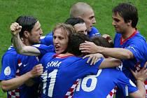 Chorvaté se radují z vedení 1:0. Na snímku druhý zleva vykukuje střelec penalty Luka Modrič.