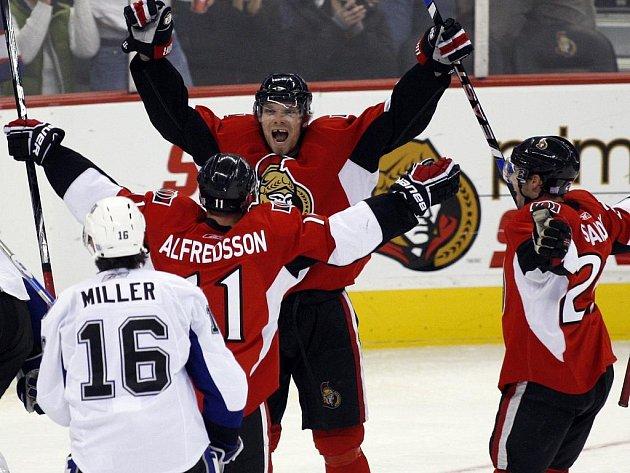 Milan Michálek (čelem) se raduje ze svého prvního hattricku v NHL. S gratulací přijíždějí ottawští spoluhráči Daniel Alfredsson (vlevo) a Ryan Shannon.