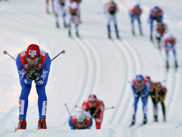 Lukáš Bauer ve druhém kole na čele závodního pole.