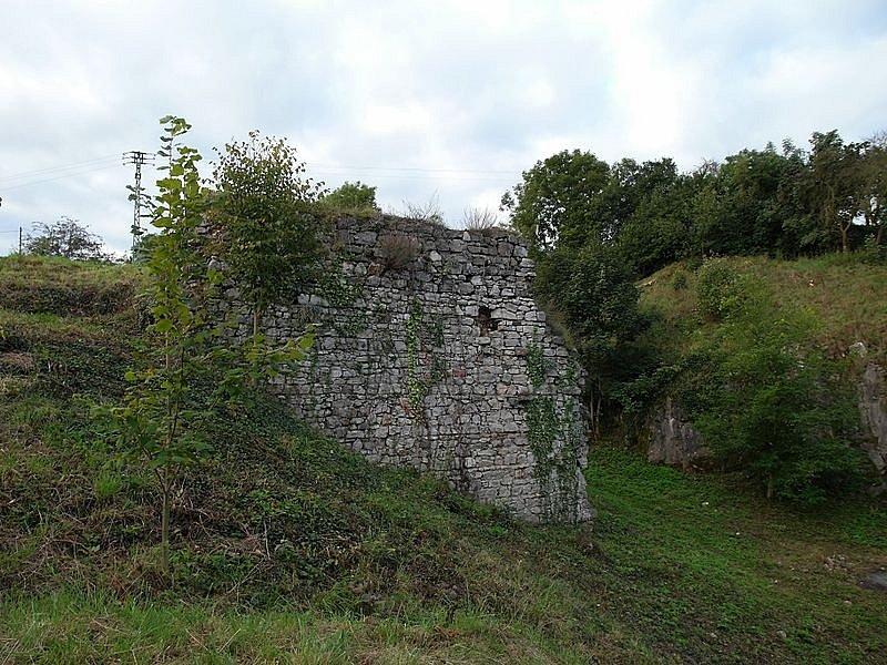 Tetín. Malebná obec spojovaná sKrokovou dcerou Tetou patří mezi nejstarší u nás. Dodnes zde stojí zřícenina hradu Tetín nebo pozůstatky Tetínského hradiště.