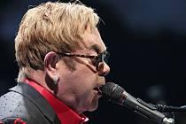 Hudební legenda Elton John vystoupil v O2 areně.