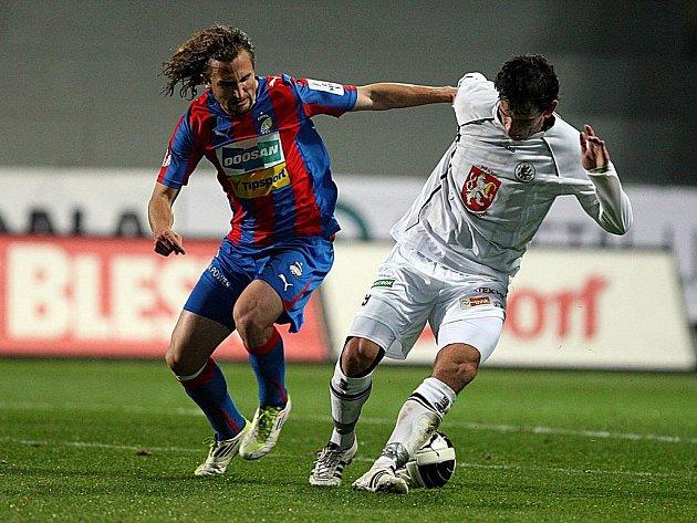 Petr Jiráček (vlevo) z Plzně v souboji o míč.