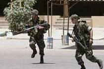 Libanonští vojáci před táborem Narh Bahíd
