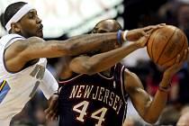 Carmelo Anthony (vlevo) z Denveru se snaží sebrat míč Tentonu Hassellovi z New Jersey.