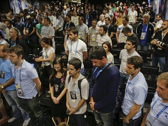 Argentinští novináři drží na MS minutu ticha za zesnulou kolegyni.