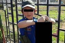 Australský chlapec pózuje s hlavou Syřana.