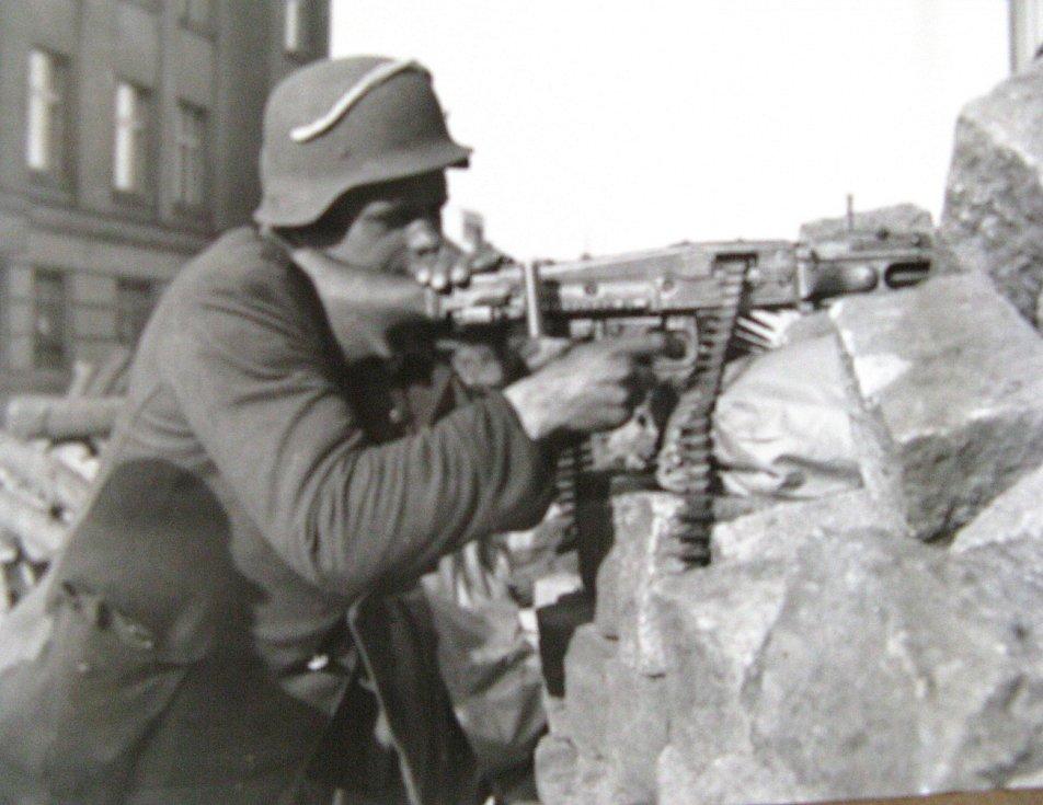 Pražské povstání, povstalci na barikádě