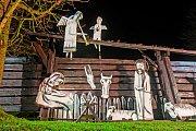 Kryštofovo Údolí (Liberecký kraj)–Velký venkovní betlém Josefa Jíry v Kryštofově Údolí na Liberecku na snímku z 30. listopadu. Jírův betlém je 16 metrů široký, figury jsou v životní velikosti.