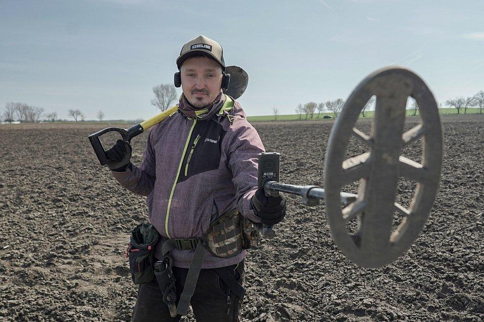 Detektorář Tomáš Merta z Brna při průzkumu archeologické lokality germánského a keltského sídliště. Za dopoledne ujde s přístrojem i deset kilometrů. Spolupracuje s odborníky a nálezy odevzdává.