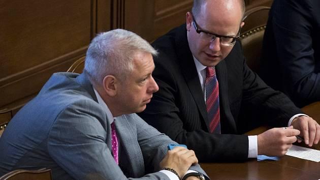 Bohuslav Sobotka a Milan Chovanec na zasedání ve Sněmovně.