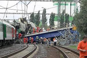 Tragická nehoda rychlíku Comenius, který narazil do spadlé mostní konstrukce ve Studénce.