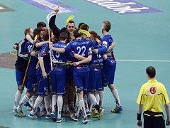 Florbalisté Vítkovic se radují v superfinále z gólu proti Chodovu.