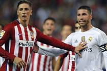 Fernando Torres z Atlética Madrid (vlevo) a Sergio Ramos z Realu.