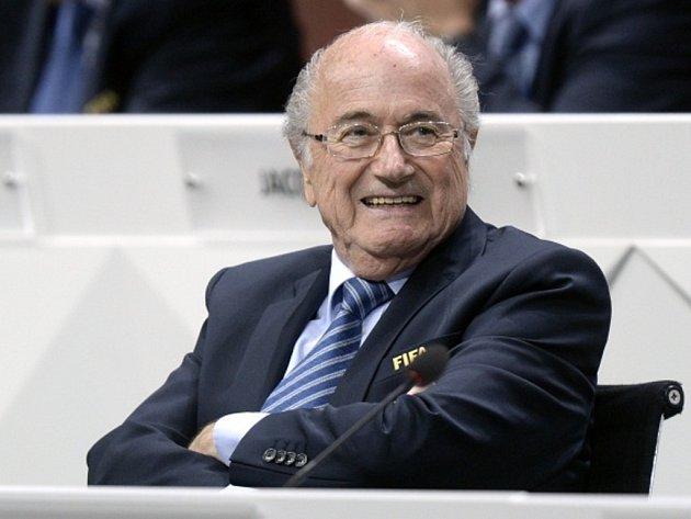 Sepp Blatter zůstává prezidentem FIFA.