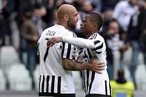 Fotbalisté Juventusu Simone Zaza (vlevo) a Patrice Evra se radují z gólu proti Carpi.