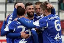 Fotbalisté Olomouce se radují z gólu proti Sokolovu.
