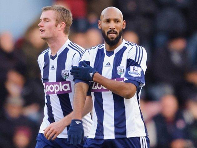Tímto kontroverzním gestem oslavil Nicolas Anelka z West Bromwiche (vpravo) gól proti West Hamu.