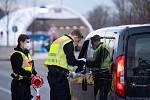 Němečtí policisté kontrolují na hraničním přechodu v  Kiefersfeldenu auto přijíždějící z Rakouska