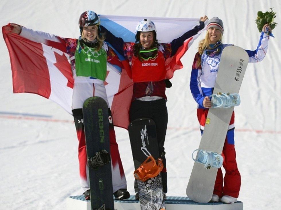 Olympijská vítězka. Eva Samková (uprostřed) si podmanila v Soči závody ve snowbardcrossu. Stříbro získala Dominique Maltaisová (vlevo), třetí skončila Chloé Trespeuchová.