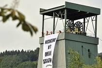 Dvanáct aktivistů Greenpeace vylezlo 28. května ráno na těžní věže dolu ve Frenštátu pod Radhoštěm v Beskydech.