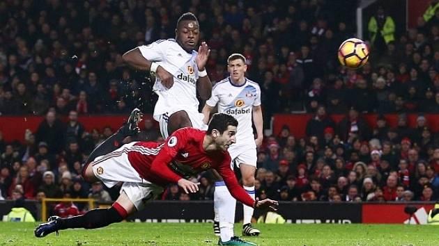 Henrik Mchitarjan právě střílí gól v utkání se Sunderlandem.